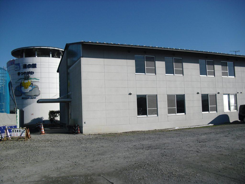 商工会館(駐車場側)